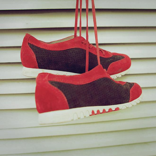 红色搭配_红色高帮休闲鞋搭配